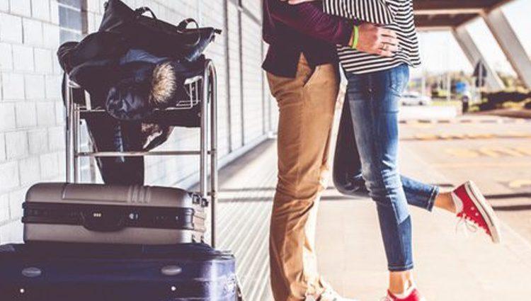 Sacar nuestra maleta a pasear en Nochevieja nos puede ayudar a atraer los viajes