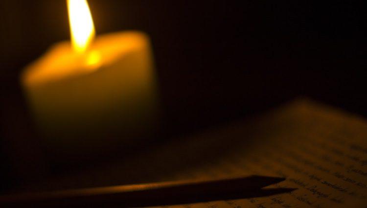 Escribe lo que te seduce del Acuario y quema el papel con el fuego de una vela